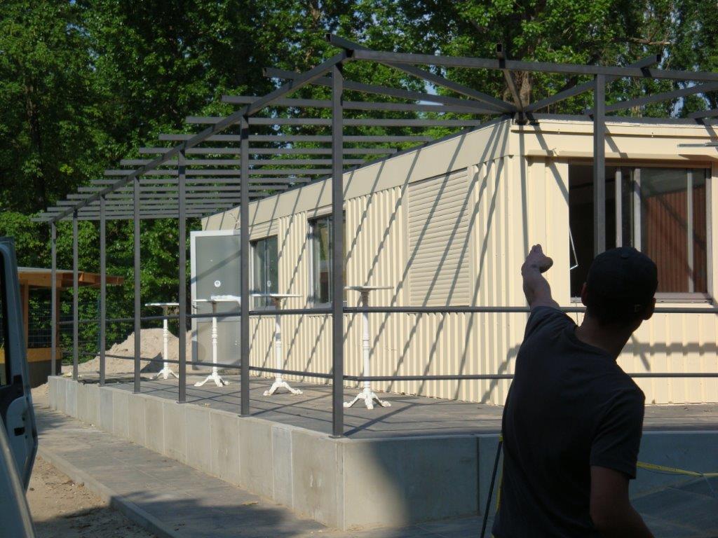 Terrassenüberdachung mit Geländer im Rohbau Metall lackiert