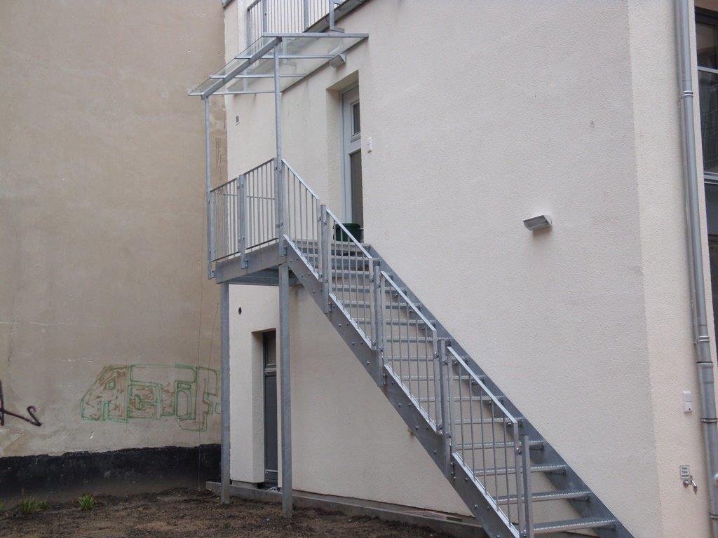 Podesttreppe mit VSG Vordach Industriedesign