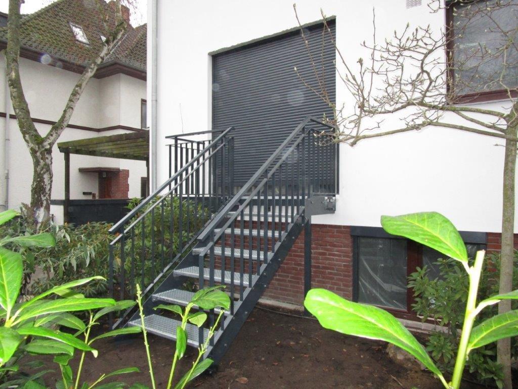 Treppe mit Podest Gitterroststufen pulverbeschichtet Berlin-Dahlem