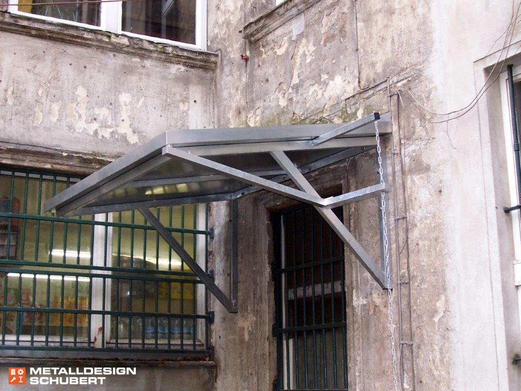 Vordach futuristisch Entwässerung verzinkte Stahlkette Berlin Moabit