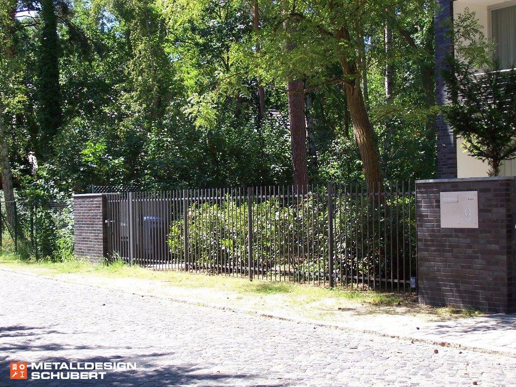 Zaunanlage mit gemauerten Pfeilern, Berlin-Kleinmachnow